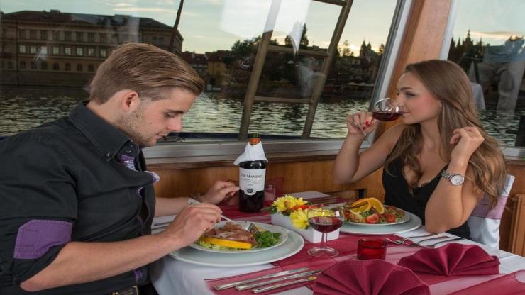 Soutěž o vstupenku pro dva na Valentýnskou plavbu Prahou s večeří Exclusive - www.plavby-vltava.cz